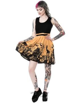 Chica con vestido Casa Encantada marca Sourpuss lejos de frente