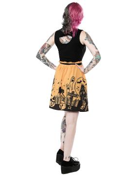 Chica con vestido Casa Encantada marca Sourpuss lejos de espaldas