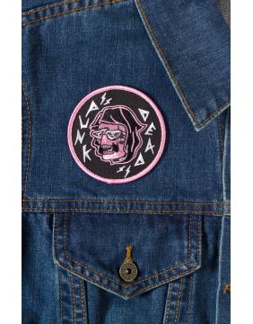 Sourpuss Parche Punk Iz Dead en chaqueta vaquera